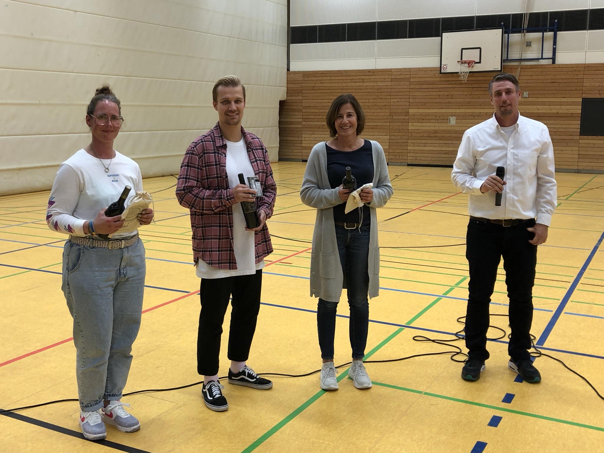 Die Mitarbeiter Sandra Oelze (l.), Matthias Patock (2. v. l.) und Claudia Braun werden geehrt.